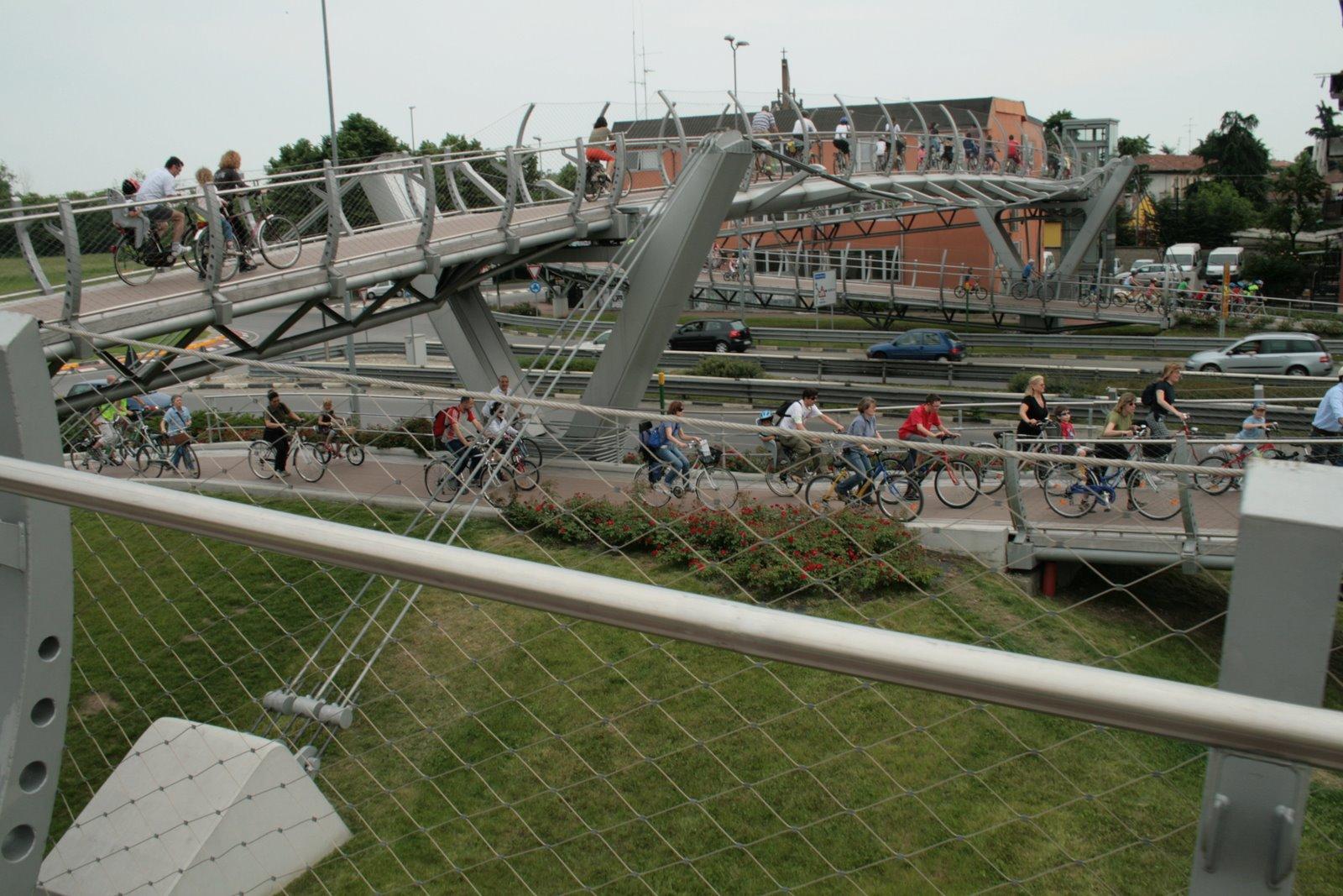 Mai visti tanti ciclisti sul ponte di Lavanderie